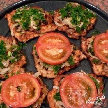 6. Затем посыпать петрушкой и выложить кружки помидоров. При желании помидоры можно смазать майонезом.