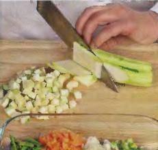 Лук, морковь и сельдерей почистить, и очень мелко порезать. Цуккини почистить от шкуры, срезать кончики, порезать маленькими кубиками. Фасоль промыть, срезать кончики и порубить кусочками по 1-1.5 см.