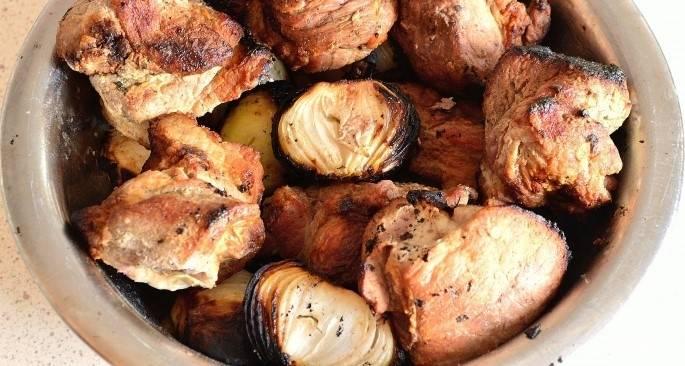 7.Проверьте готовность мяса. Надрежьте кусочек свинины: если нет крови, а только прозрачная жидкость, шашлык из свинины на уксусе готов. Отличным гарниром к шашлыку станут запечённые на мангале овощи. Насадите  на шампур сладкий перец, баклажан и помидор, обжарьте. Очистите от обгоревшей кожуры. Подавайте вместе с мясом. Приятного аппетита.