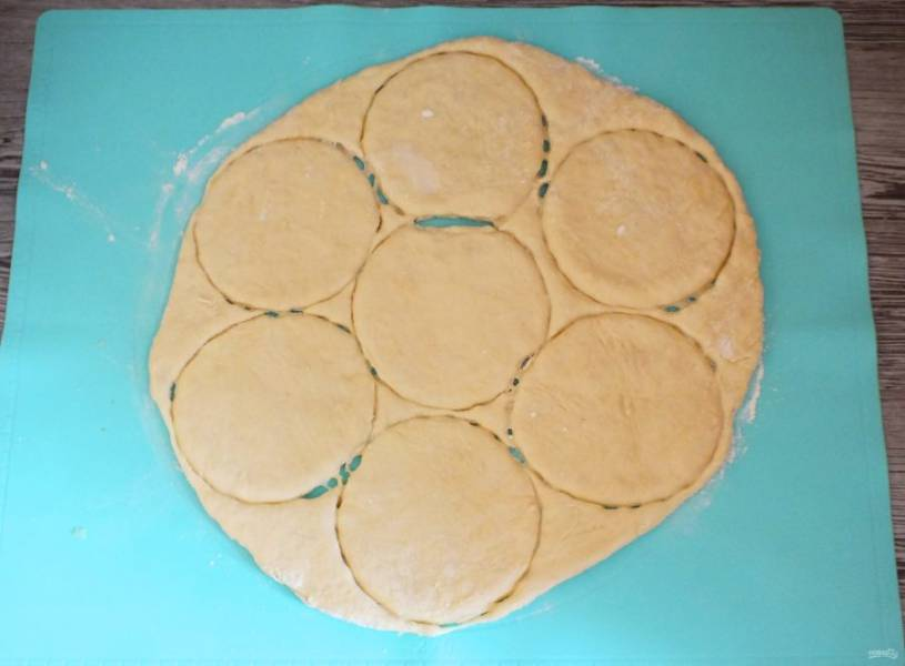 По истечение времени, достаньте тесто из холодильника. Раскатайте пласт толщиной 5-7 мм. Вырежьте круги диаметром 12-13 см.