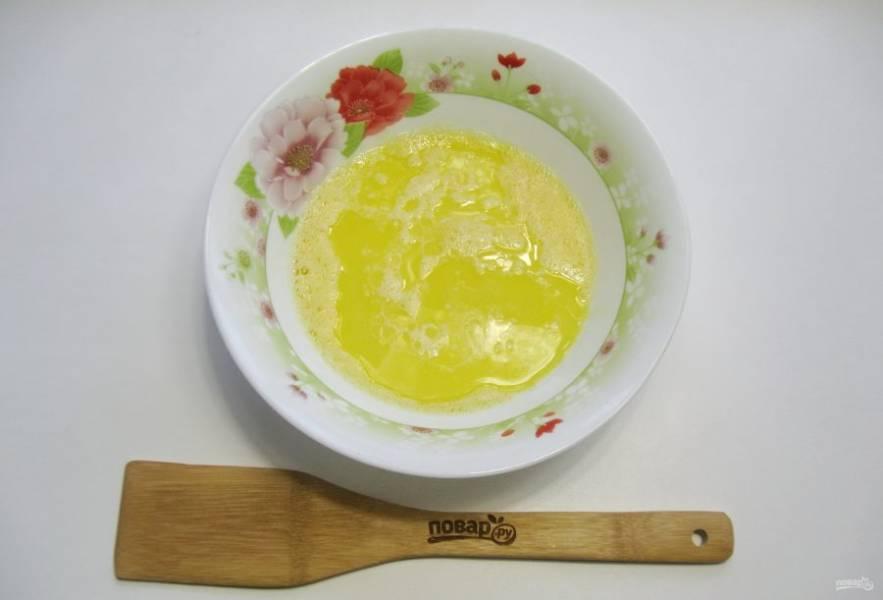 Добавьте теплое молоко и растопленное сливочное масло.