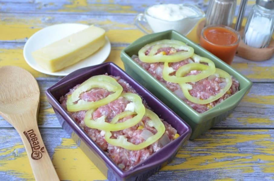 9. Положите по 3-4 колечка сладкого перца, можно и больше. Отправьте буханочки в горячую духовку (180 градусов) на 20 минут.