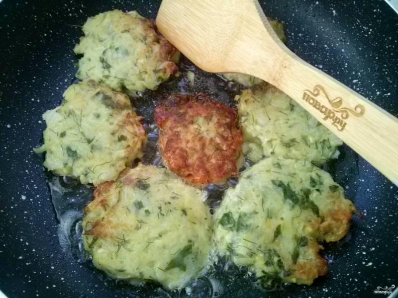 Разогрейте на сковороде масло, выкладывайте оладьи с помощью столовой ложки. Обжарьте их с двух сторон до румяности.