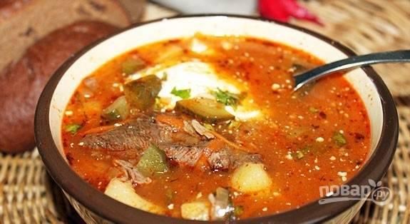 Готовому рассольнику дайте настояться минут 15 под крышкой. Подавайте блюдо с зеленью и сметаной. Приятного аппетита!