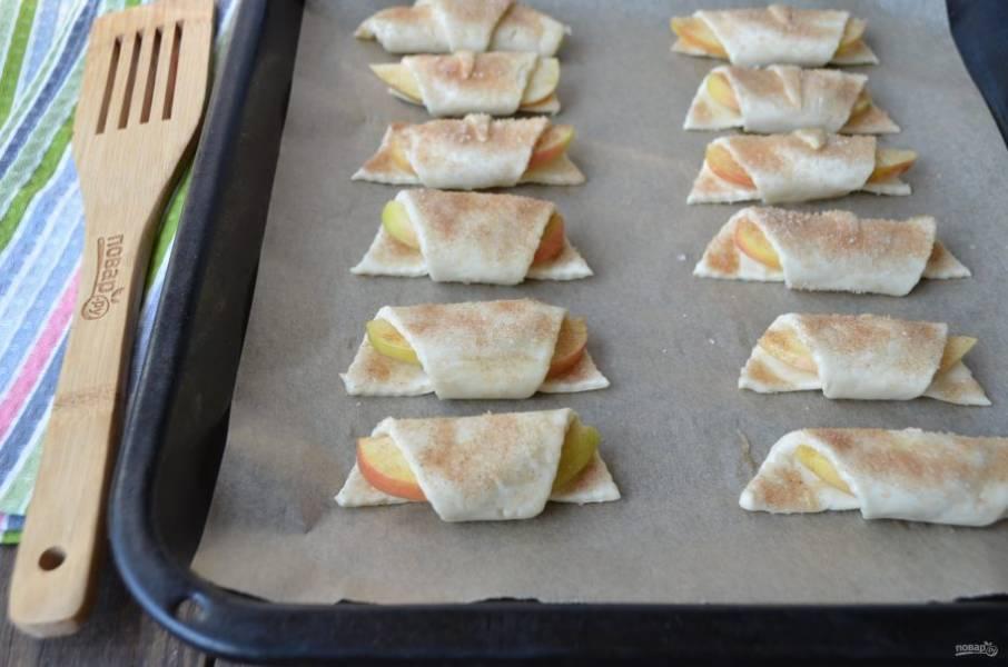 Застелите пергаментом противень, уложите круассаны и отправьте в горячую духовку на 15-20 минут, температура — 220 градусов.