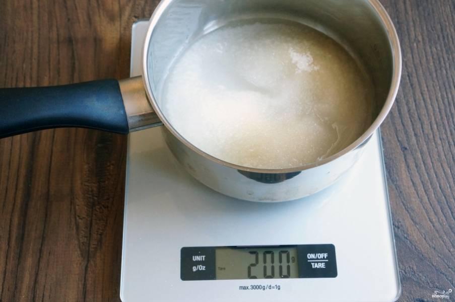 Смешайте 150 граммов сахара и 50 граммов воды.
