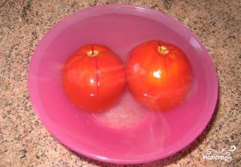 С помидор снять шкурку.