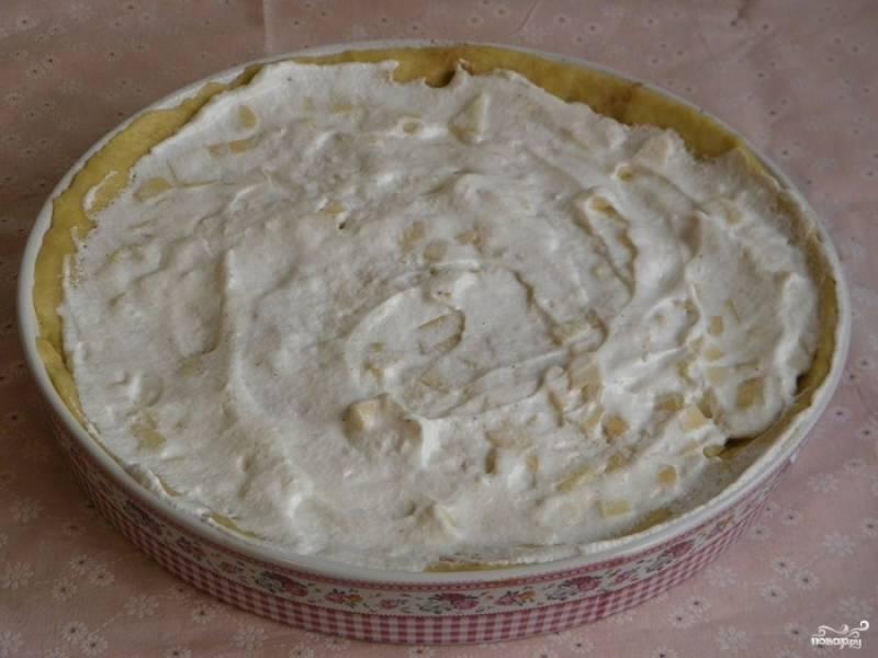 Сверху равномерно нанесите белковую массу, разровняв ее лопаткой.  Отправьте пирог в разогретую до 175-180 градусов духовку на 30 минут.