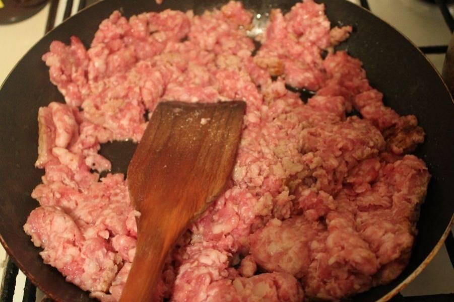 Пока тушатся овощи, берем фарш и обжариваем на смазанной маслом сковороде.