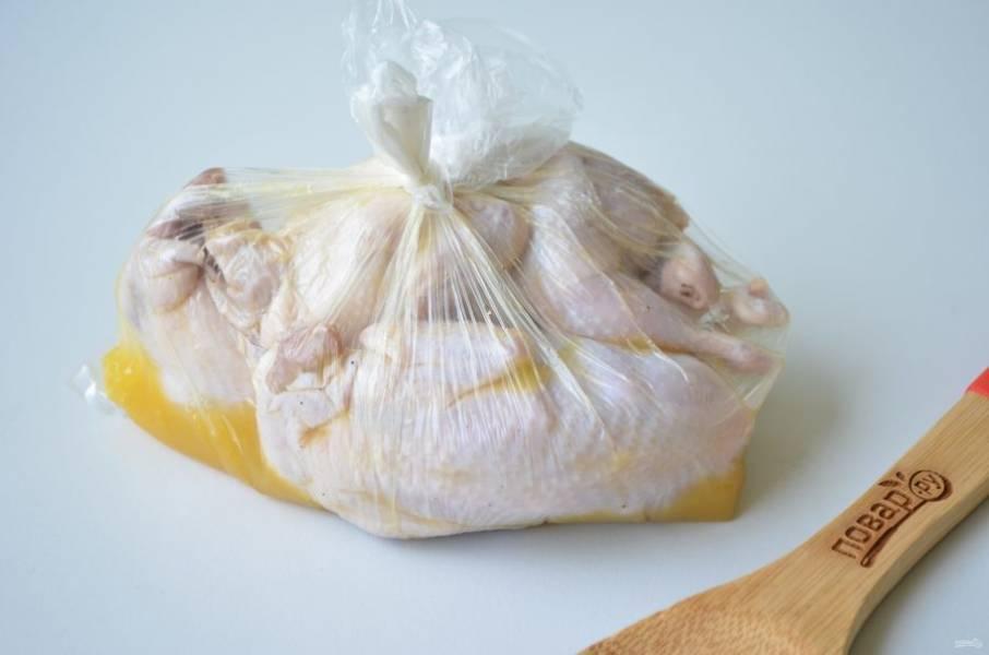 3. Из свежевыжатого апельсинового сока, меда и имбиря сделайте маринад. В пакет положите тушки перепелок, залейте маринадом и плотно затяните пакет, чтобы не остался внутри воздух. Уберите на 30 минут в холодильник, периодически переворачивайте пакет.