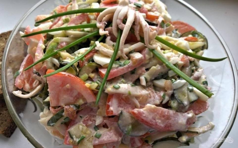 Все продукты соедините. Заправьте салат майонезом и перемешайте. Приятного аппетита!