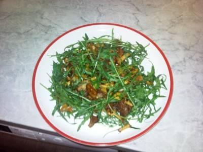 Выкладываем лисички с мясом на тарелку, добавляем рукколу и подаем салат к столу. Приятного аппетита!
