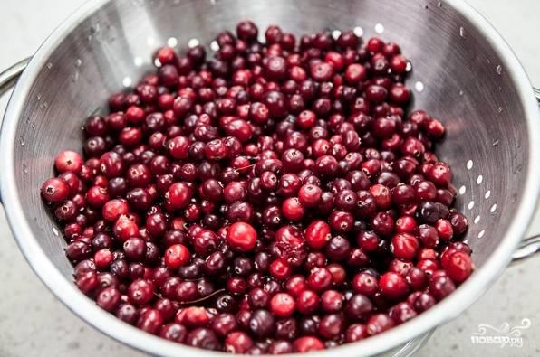 4. Параллельно вымойте и откиньте на дуршлаг ягоду, чтобы ушла лишняя жидкость. Использовать по этому простому рецепту квашеной капусты с клюквой можно такое количество ягод, которое кажется вам более уместным.