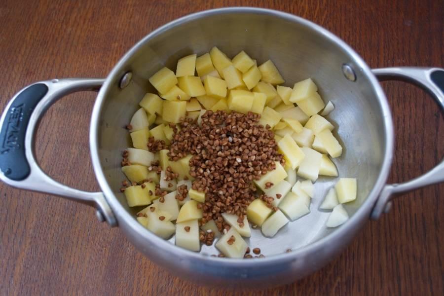 Промойте гречку и залейте картофель с гречкой кипятком. Поставьте на огонь и варите 5 минут.