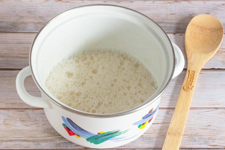Добавьте яйца, масло и ванильный сахар. Снова хорошо перемешайте.