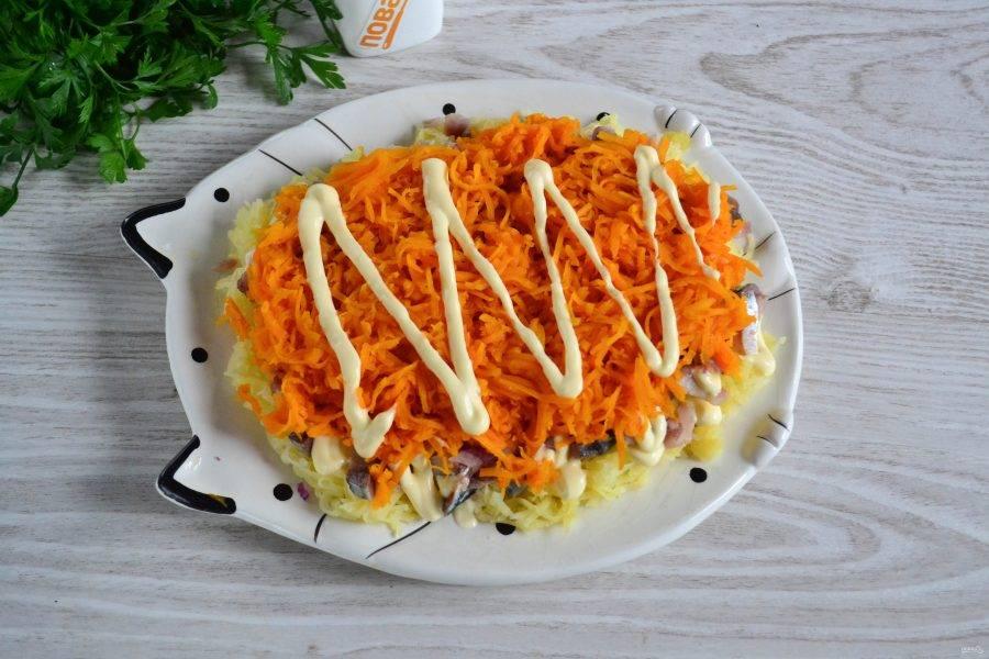 Предыдущий слой покройте майонезом, выложите натертую на мелкой терке морковь и снова смажьте майонезом.