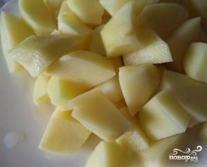 Очистим картофель, нарежем его небольшими кубиками. Добавляем в бульон.
