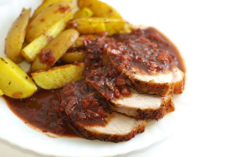 На тарелку выкладываем гарнир (он может быть любой), корейку, поливаем ее соусом и подаем к столу. Приятного аппетита! :)