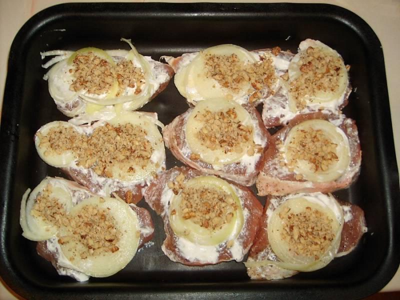 3. Грецкие орехи немного измельчить (но не в муку, а чтобы ощущались кусочки) и присыпать сверху. При желании в рецепт приготовления отбивных из свинины по-королевски можно использовать и другие орехи по вкусу.