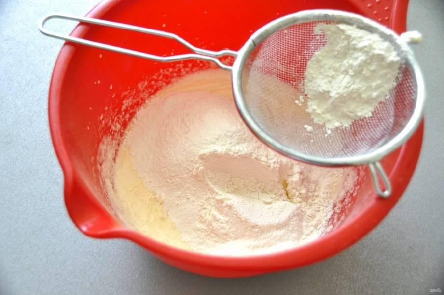 Добавьте просеянную муку, соль и разрыхлитель, при желании можно добавить ванильный сахар.