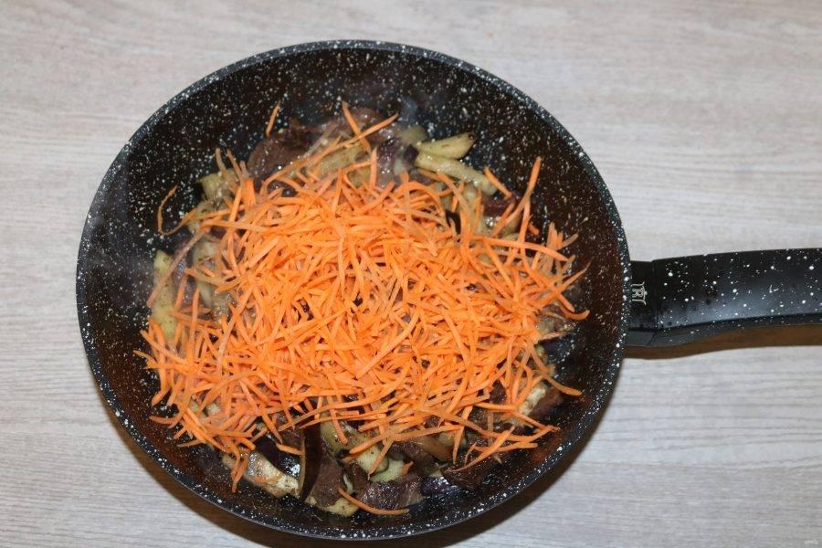 Далее добавьте морковь, обжаривайте вместе.