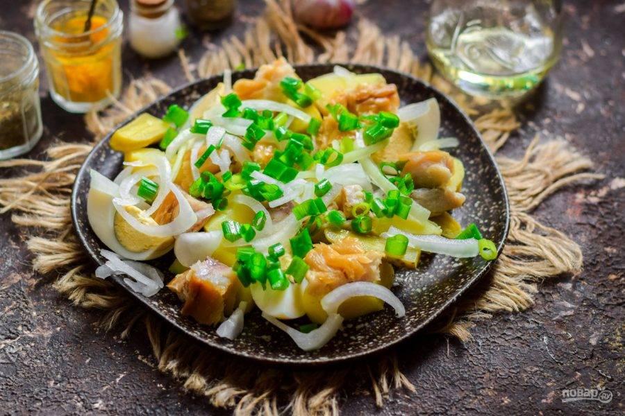 Добавьте маринованный лук, нарезанный зеленый лук, масло, соль и перец. Салат подавайте к столу.