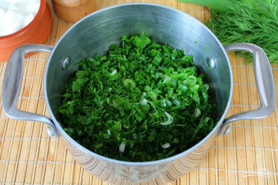 Добавляем мелко нарезанный зеленый лук и укроп.