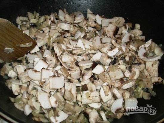 Моем и чистим грибы, нарезаем мелкими кубиками и отправляем к луку на сковороду. Немного посолим и обжарим до полного испарения жидкости.