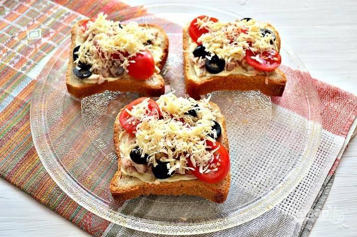 9. Присыпьте всё тертым сыром и отправляем бутерброды в микроволновку, духовку или на сковороду, чтобы сыр расплавился.