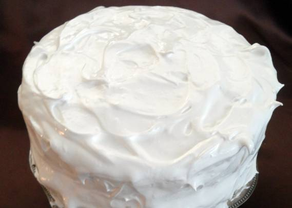 4. А тот крем, что остался белым, разравниваем теперь сверху и по бокам торта. Остудим и подержим в холодильнике торт примерно 4 часа, чтобы белковая масса застыла.