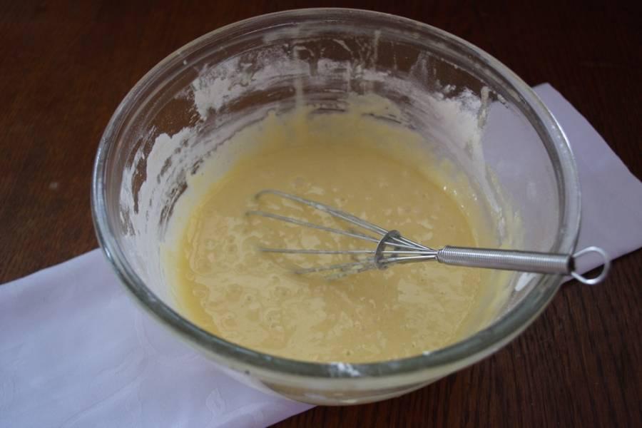 Просейте муку. Замесите тесто. Оно будет довольно жидким.