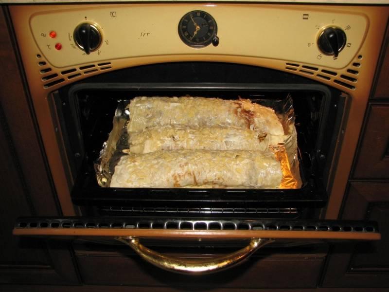 3. Делаем то же самое с каждым листом лаваша. Получаем три штруделя-рулета. Посыпаем сахарной пудрой, отправляем в духовку на полчаса запекаться при 180 градусах.