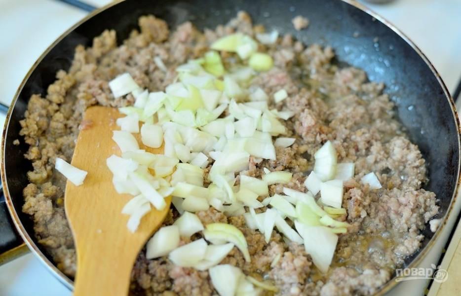 2. Добавьте измельченный лук к мясу и перемешайте.  Готовьте еще 3 минуты.