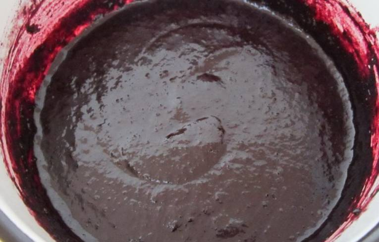 Промытую чернику превращаем в пюре при помощи блендера. Добавляем лимонный сок, соль и немного мускатного ореха. Варим на медленном огне, помешивая, до загустения соуса.