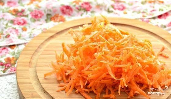 Морковь помойте, очистите и натрите на крупной тёрке. Лук также почистите и мелко порубите.
