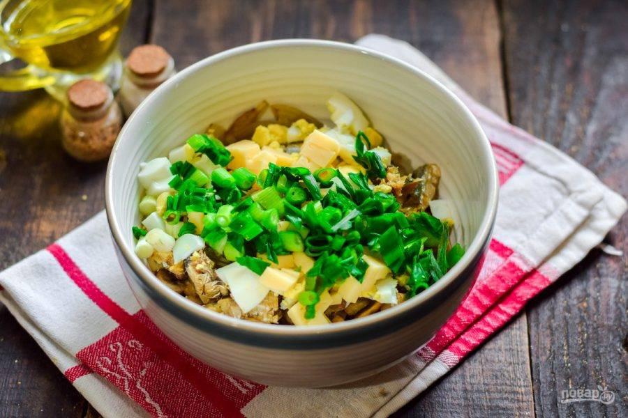 Сполосните и нарежьте мелко зеленый лук, он придаст салату особую пикантную нотку. Добавьте лук в салат.