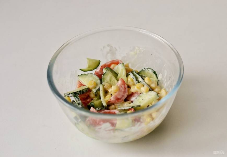 Нарежьте огурец и помидоры мелкими кубиками, добавьте кукурузу. Заправьте постным майонезом, посолите и поперчите по вкусу.