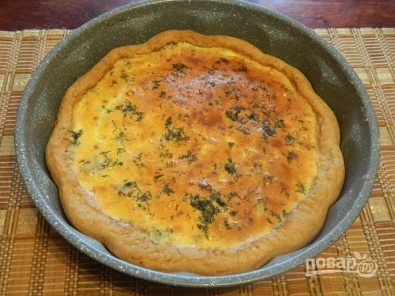 Готовый открытый пирог с сайрой можно подавать горячим, но и в холодном виде он очень вкусный.