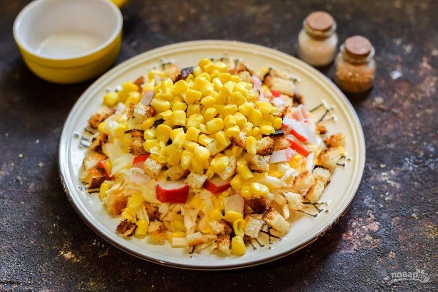 """Завершающий слой салата — кукуруза. Вот и все, крабовый салат """"Новинка"""" с сухариками готов."""