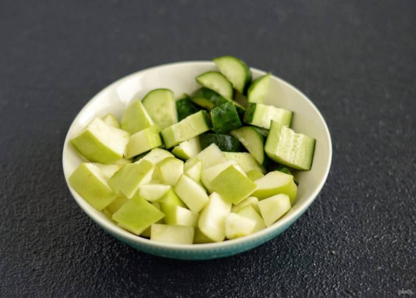 Яблоки и огурцы помойте, отрежьте хвостики, удалите сердцевину и нарежьте на ломтики среднего размера.