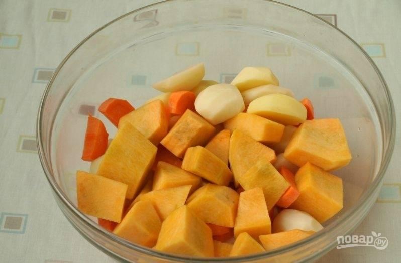 В это время почистите и нарежьте крупными кусками тыкву, морковь и картофель.