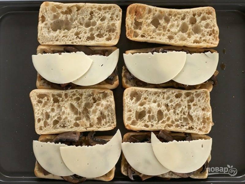 9.Добавьте к булкам с грибами ломтики сыра.