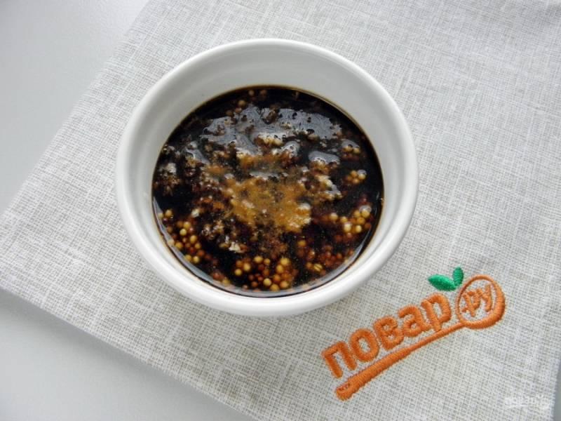 В соевый соус добавьте измельченный чеснок, горчицу, имбирь и перец чили. Количество перца регулируйте на свой вкус. Перец попадается разный, да и вкусы у людей разные. Я всегда пробую маринад, перед тем как залить им мясо.