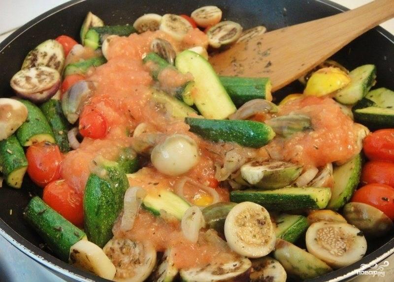 Вливаем томатную массу на сковородку к овощам и хорошенько перемешиваем. Тушим на медленном огне.