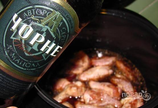 Перекладываем крылья в чашу мультиварки и заливаем их пивом. Оно должно покрыть мясо лишь на 2/3.