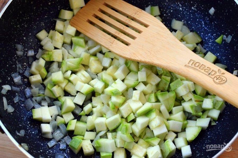 На разогретом масле пассеруйте измельченный лук до прозрачности. Затем добавьте кабачки, нарезанные на мелкие кубики, обжаривайте в течение 5 минут.