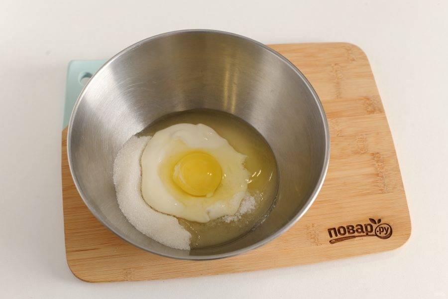 В глубокой миске соедините яйцо, сахар, соль и сметану.
