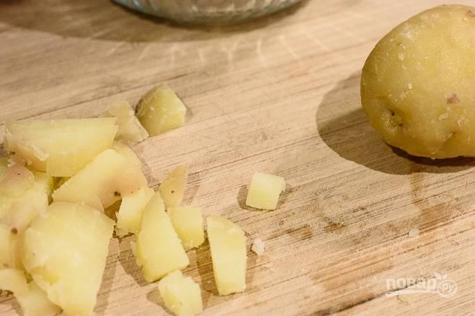 4. Нарежьте средними кубиками картофель.