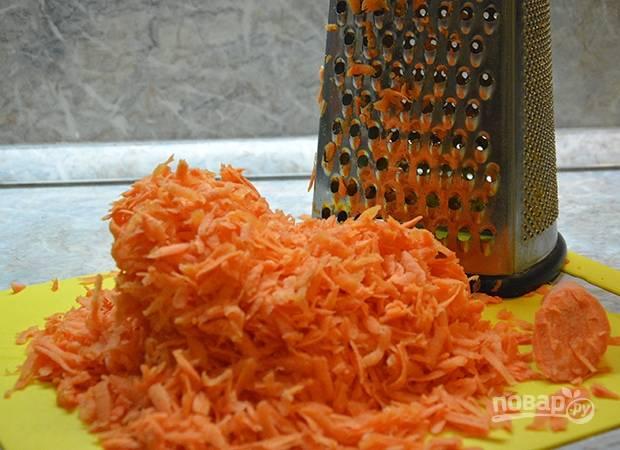 Морковь почистите или поскоблите ножом, хорошенько промойте под проточной водой. Обсушите и натрите овощи на крупной терке.