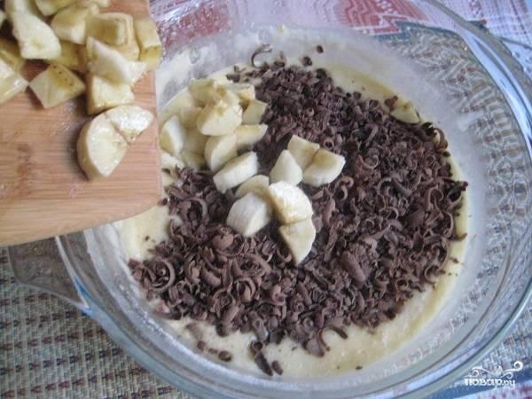 5. Натрите шоколад на терке и добавьте в тесто вместе с бананами. Еще раз аккуратно все перемешайте. Вот и все, тесто готово.